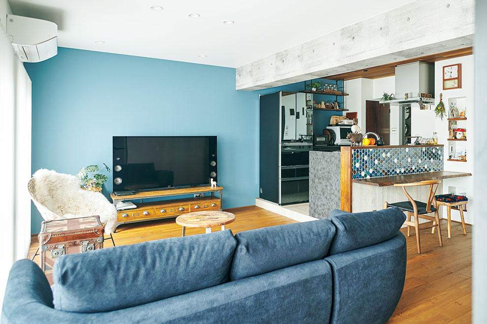 「リフォーム事例写真。」ブルーのアクセントクロスが印象的なLDK。カウンターのタイルも色の並び方を綿密にシミュレーションしました。