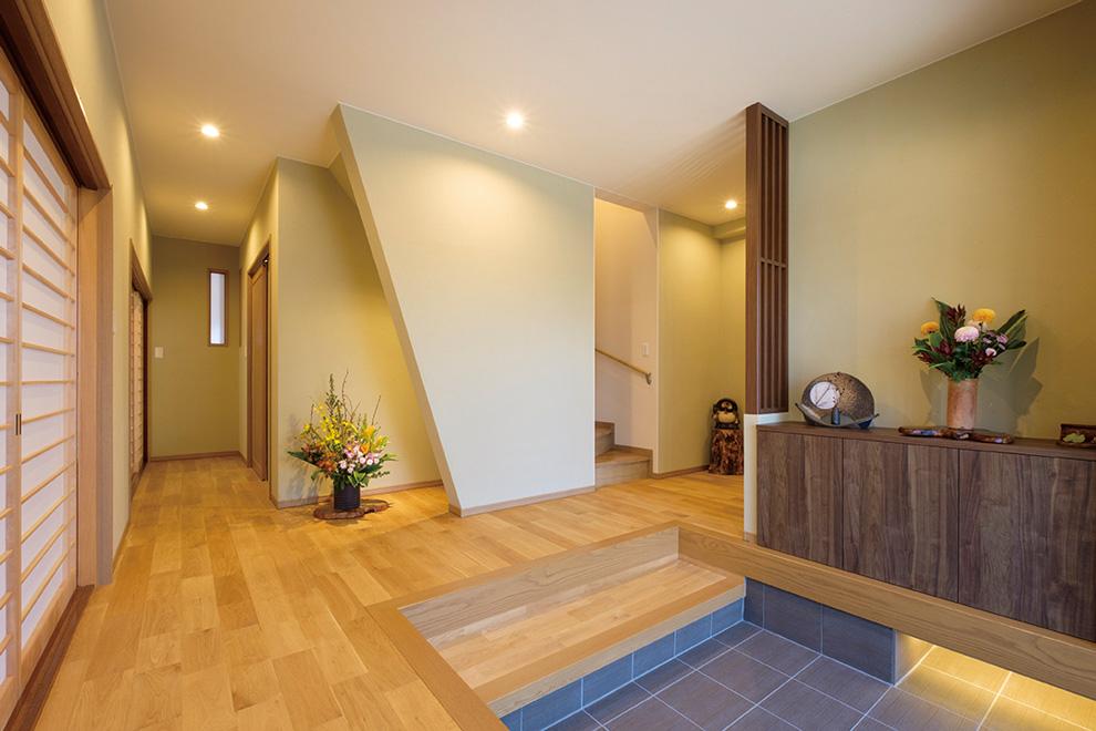 「リフォーム事例写真。」自然素材と、階段下のアートスペースがお客様をお出迎え。