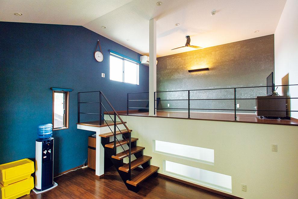 「リフォーム事例写真。」2階リビングから階段を上ると、重厚な趣の2.5階寝室へ。光が入る室内窓とクールな内装ボードがアクセントに。